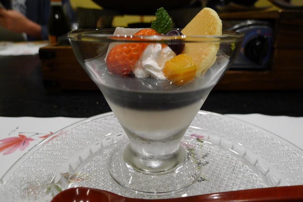 dezert japonsko-evropský, neboť obsahuje černá sezamová semínka