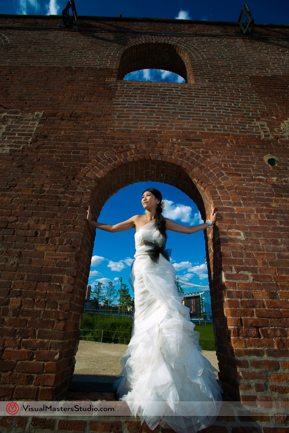 Photo seesion of Bride in Brooklyn Bridge Park by Visual Masters