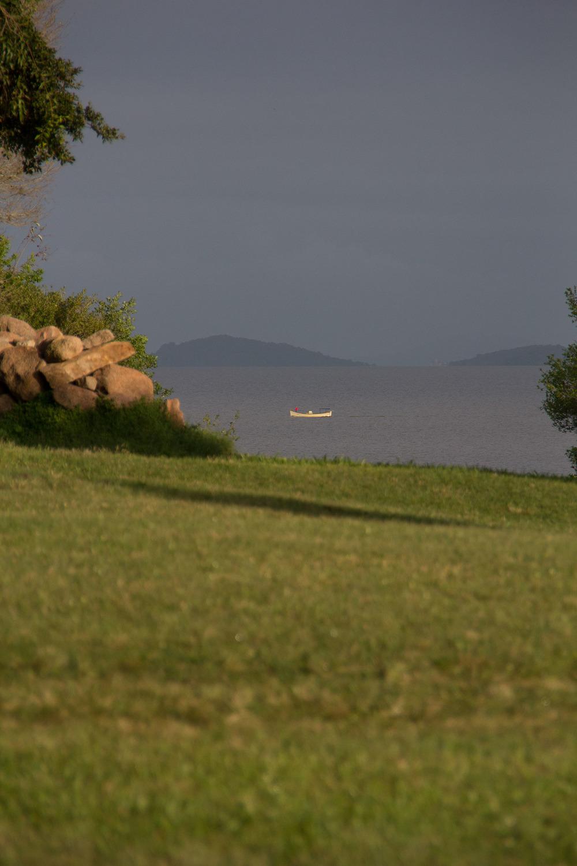 Pescador passa ao largo do Buti, a caminho de casa.