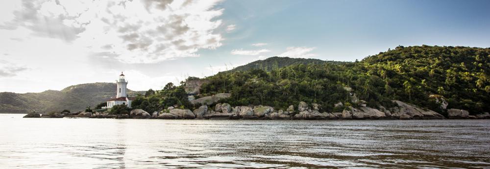 O Farol de Itapuã, que marca o encontro das águas do Guaíba com a Lagoa dos Patos
