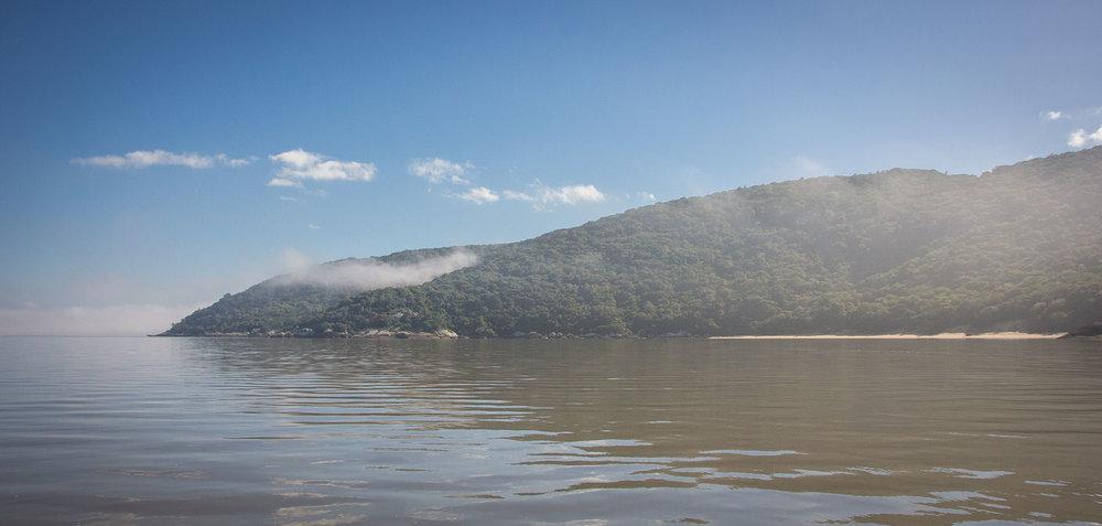 Morros de Itapuã vistos a partir da Lagoa dos Patos