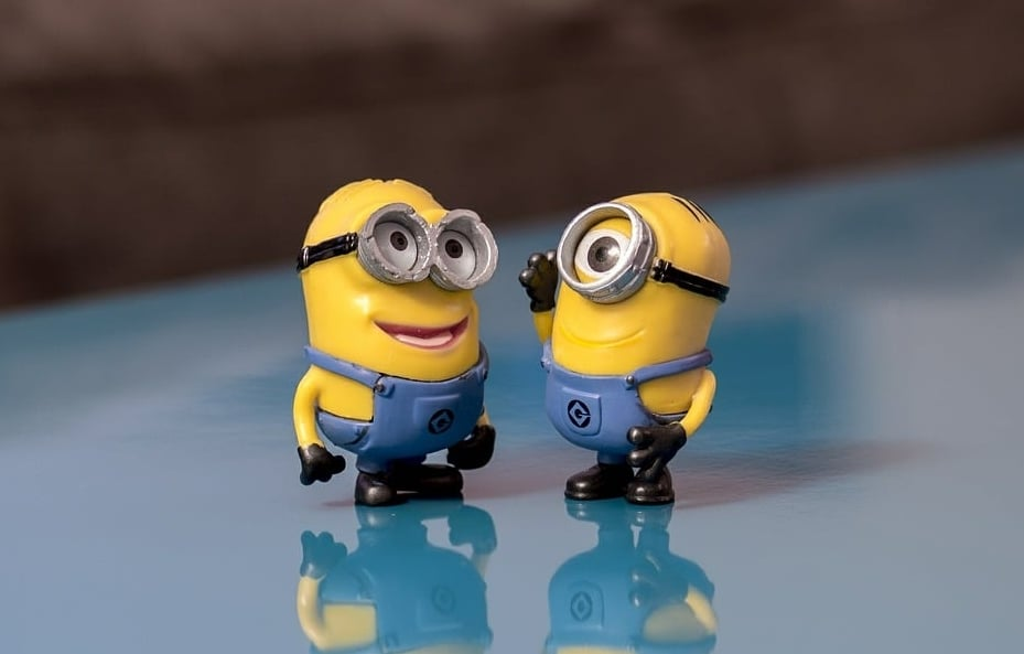 Minions talking about service clubs, technology and Facebook.