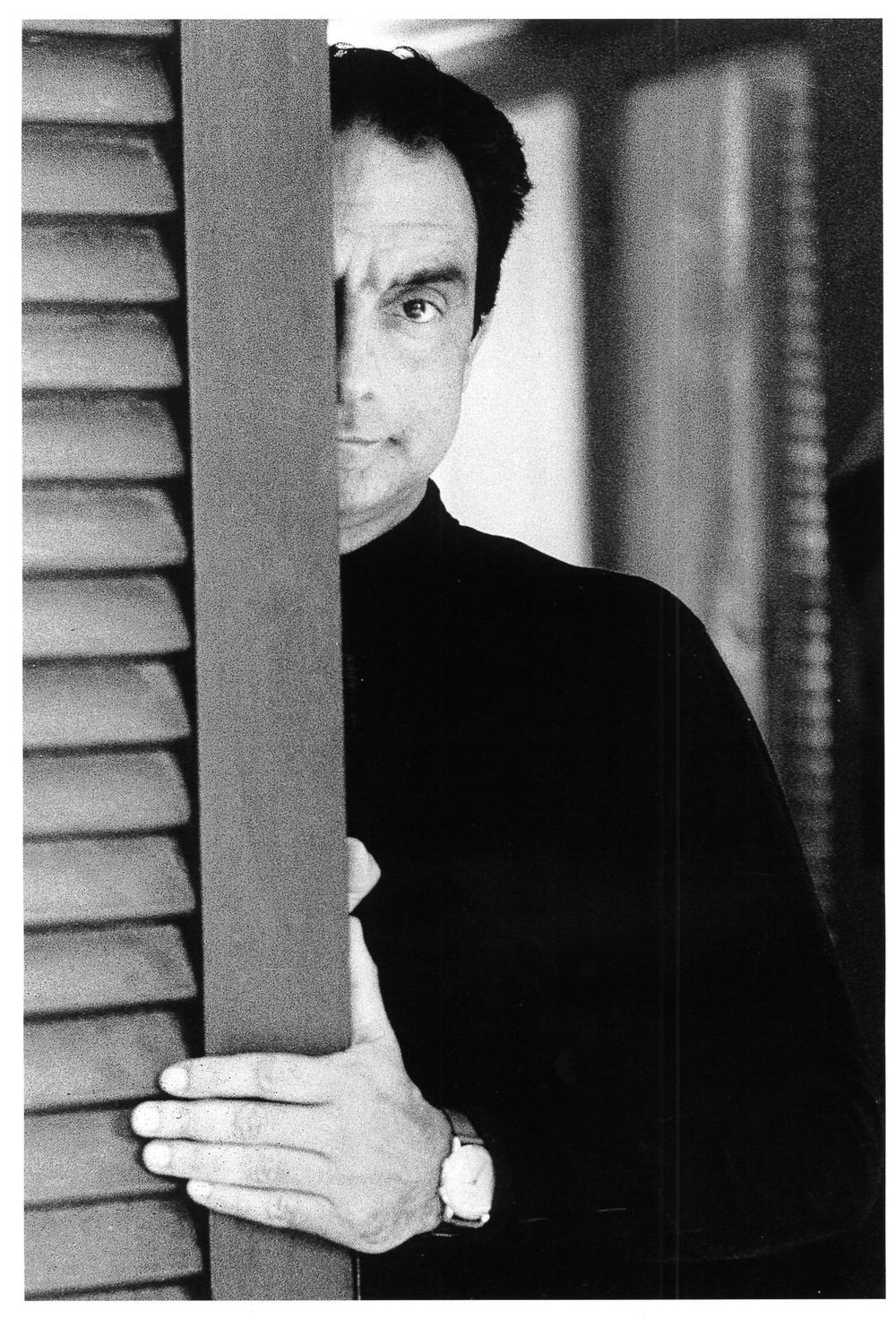 Italo Calvino nella sua casa di vacanza al Cinquale. Montignoso, 1974.