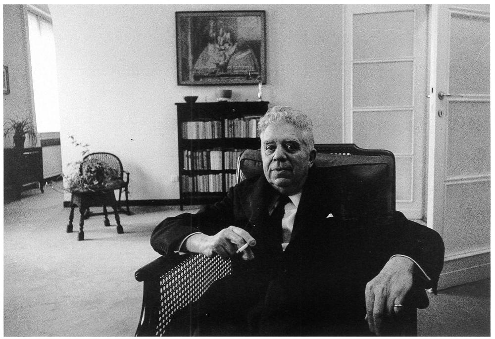 Eugenio Montale nella sua casa di Milano. Milano, 1968.
