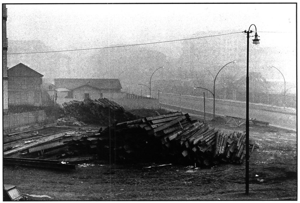 Accumulo di materiali per i lavori della metropolitana tra via Pagano, via Pallavicini e via Cherubini. Milano.