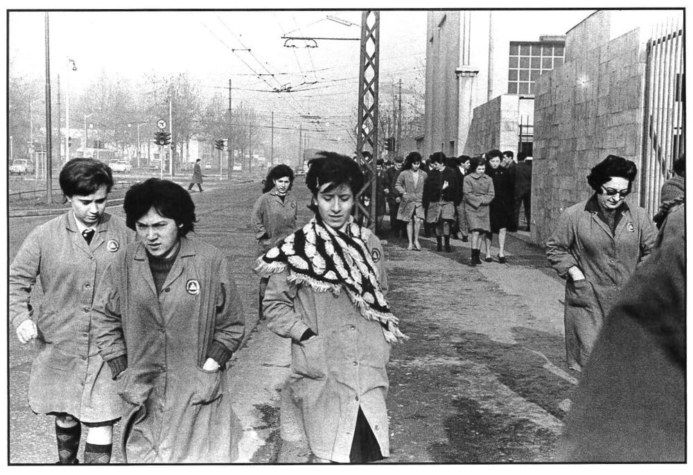 Viale Migliara, operaie della Simens in uscita verso la mensa. Milano, 1964.