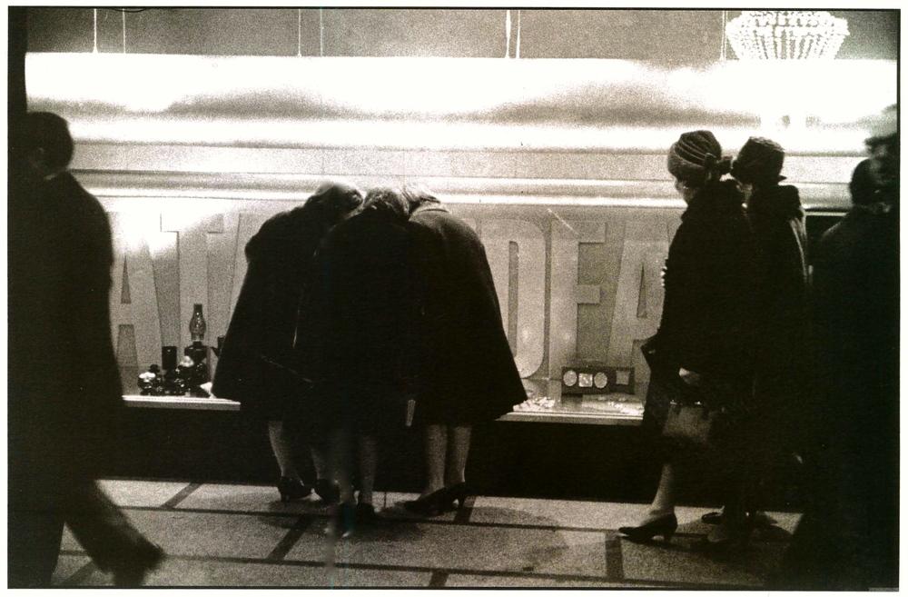 Vetrina della Rinascente per il  Natale idea.  Milano, 1966.