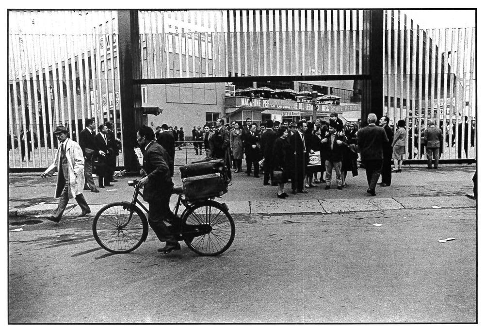 Fiera Campionaria, esistevano ancora i cinesi venditori di cravatte ambulanti. Milano, 1964.