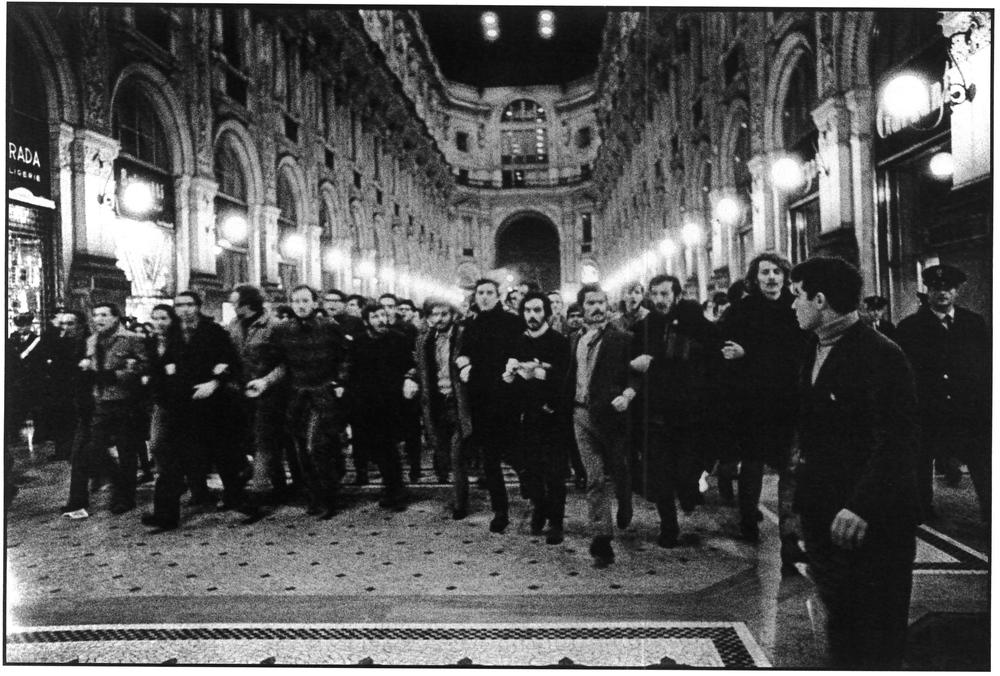 Galleria Vittorio Emanuele, manifestazione studentesca. Milano, 1968.