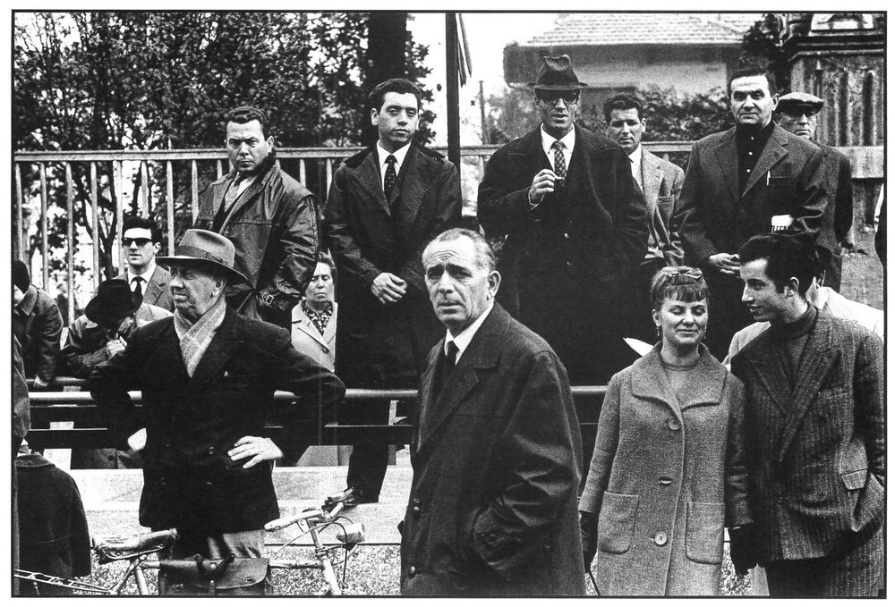 Inaugurazione della Linea Uno del Metro, gente in attesa in Piazzale Lotto. Milano, 1964.