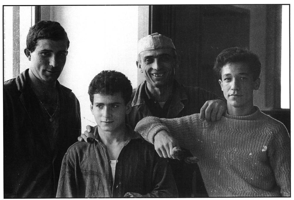 Muratori e apprendisti in un cantiere all'Isola. Milano, 1963.