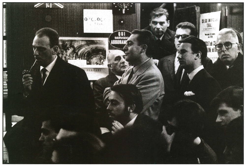 Libreria Feltrinelli, ascoltando Roland Barthes. Si riconoscono:GilloDorfles, UmbertoEco, AchilleMauri, FrancoFortini. Milano, 1966.