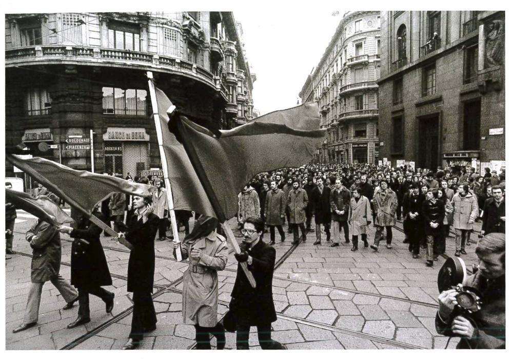 Funerali diRoberto Franceschi, studente della Bocconi ucciso da un proiettile sparato dalla polizia.Piazza Missori,Milano, 1973.