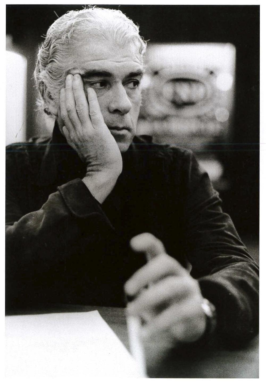"""Giorgio Strehler alla conferenza stampa indetta con Patrice Chéreau per la presentazione de """"La dispute"""" di Marivaux al Teatro Lirico. Milano, 1976."""