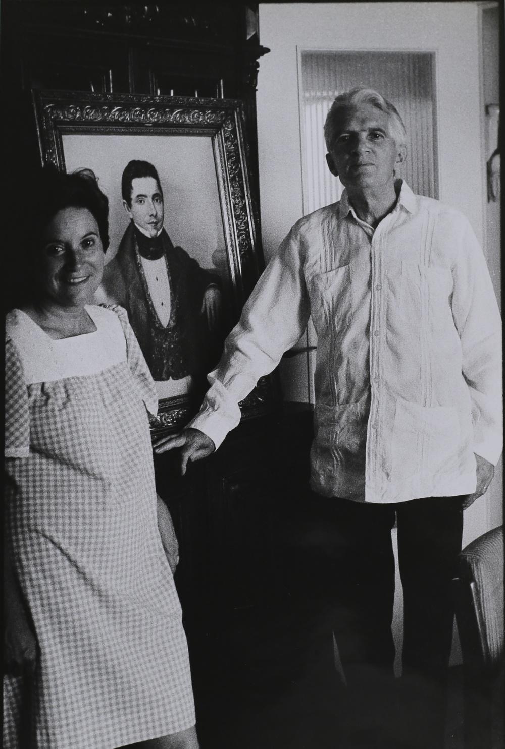 Blas de Otero con la moglie, poeta. Madrid, 1976.