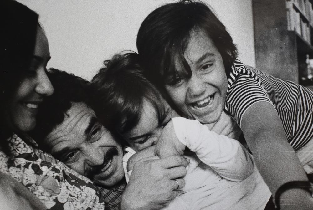 Gabriel García Márquez con la moglie Mercedes e i figli nella loro casa.Barcellona, 1969.