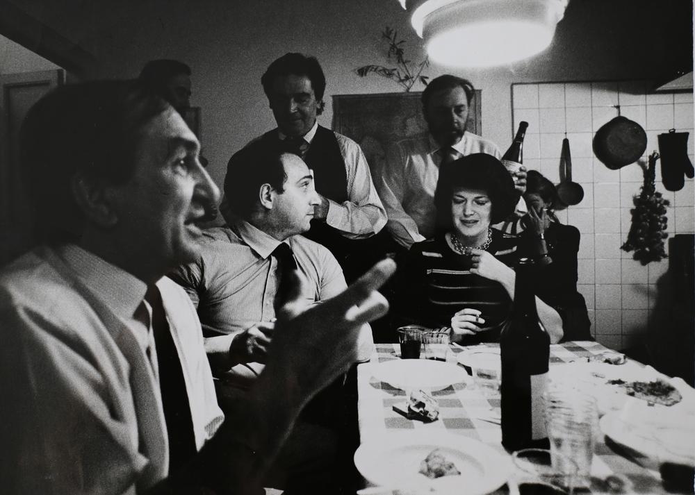 Marco Zanuso (primo piano, architetto e designer), Paolo Fossati (seduto, critico d'arte), Roberto Sambonet (in piedi a sinistra, grafico), Guido Sambonet (in piedi a destra), cena a Casa Sambonet. Milano, 1973.