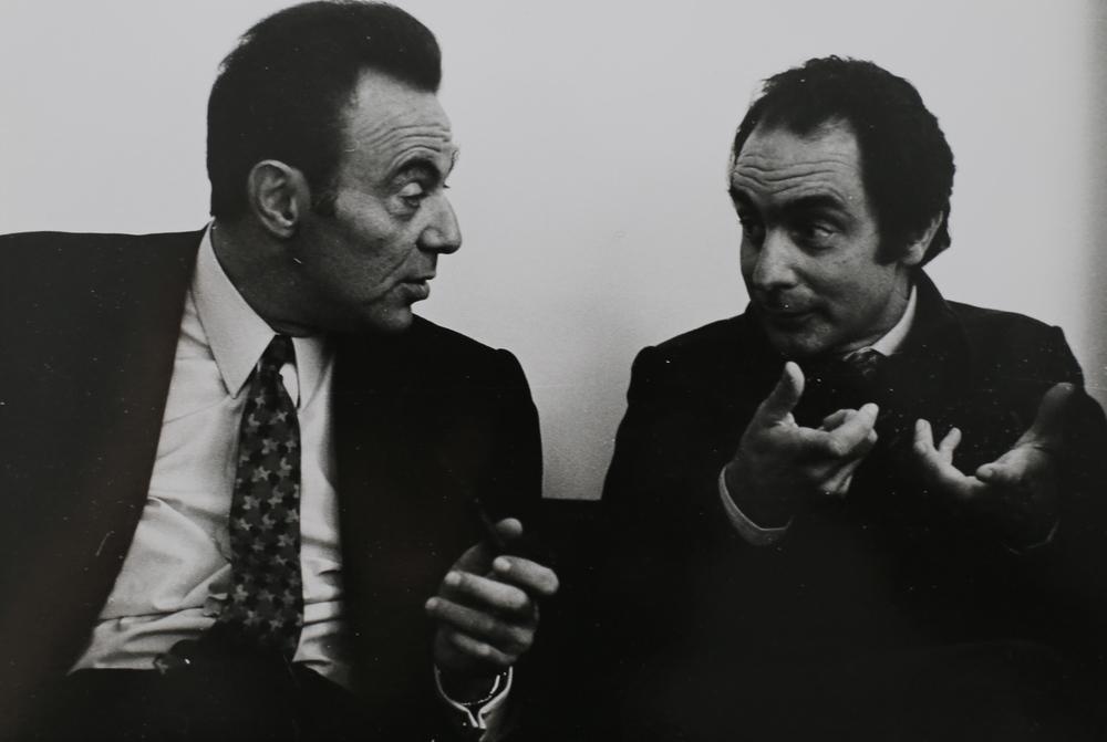 François Jacob, Premio Nobel in Medicina, con Italo Calvino all'Agenzia Einaudi. Milano, 1971.