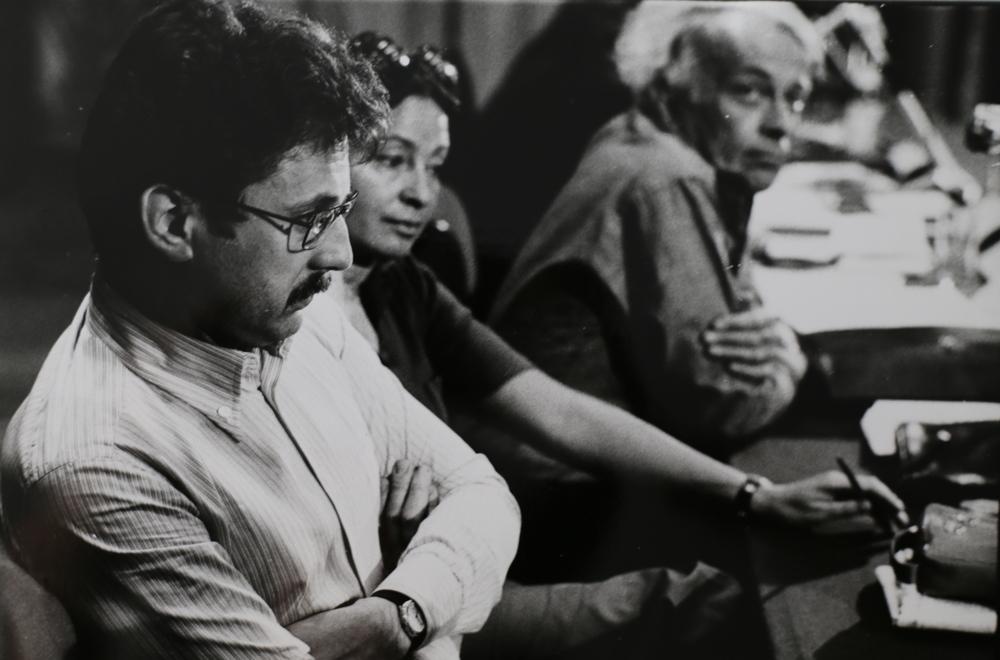 Gabriele Mazzotta (primo piano), Inge Feltrinelli e Giulio Einaudi al Congresso dell'Editoria Democratica. Rimini, 1974.