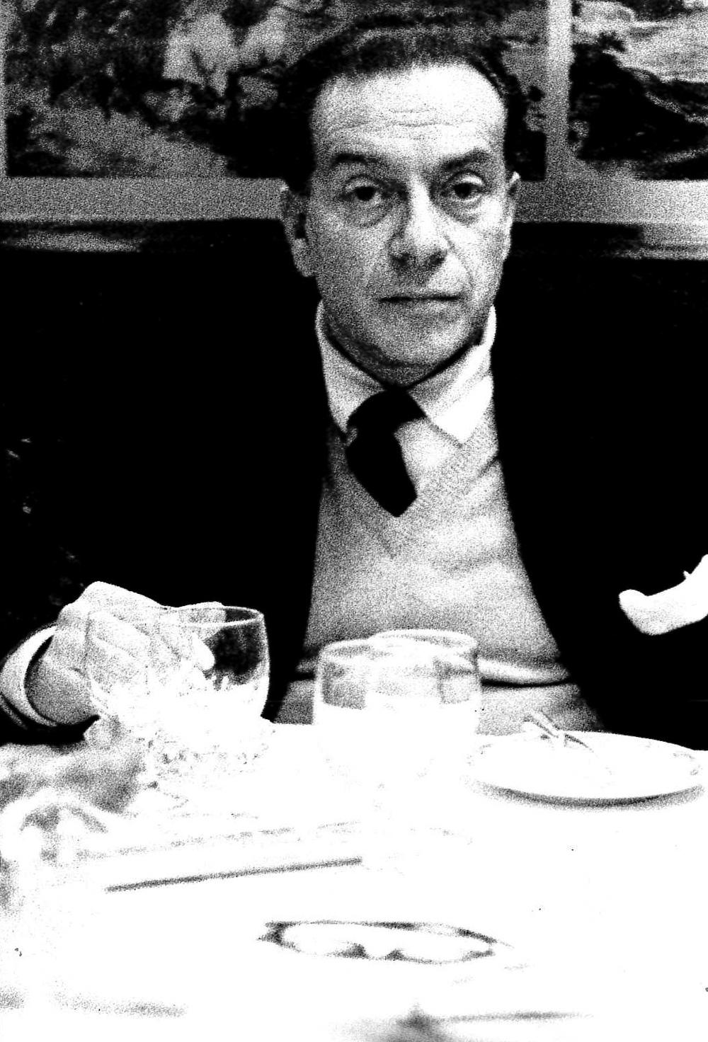 Renato Guttuso a un tavolo dell'Harris Bar. Milano, 1968.