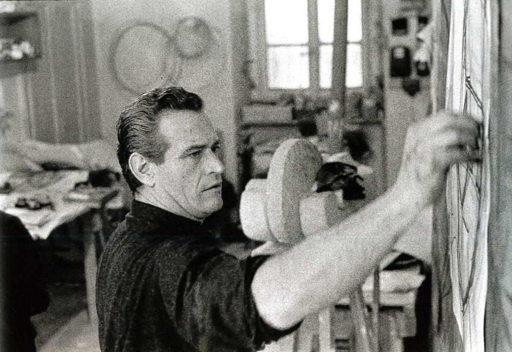 Andrea Cascella nel suo studio. Milano, 1965.