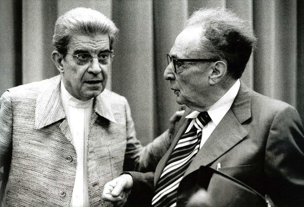 Lo psicoanalista Jacques Lacan e il semiologo Roman Jakobson. Milano, 1974.