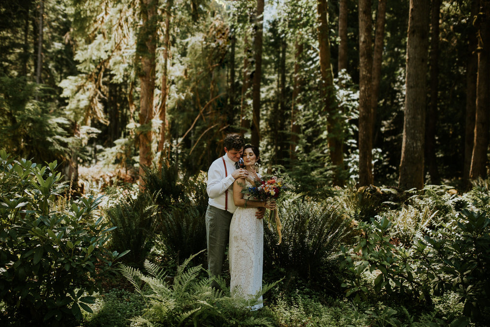 intimate portland wedding near Mackenzie river in the woods with a boho bride and groom and handpicked flowers