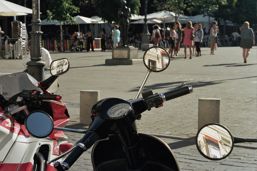 scootermirrorsreflection.jpg