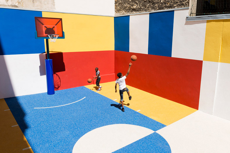 pigalle-creates-a-colorful-basketball-court-between-paris-apartments-03.jpg