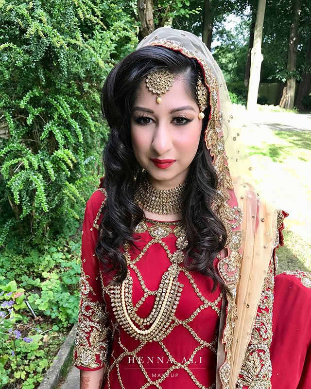 The final look for the stunning Iram ❤️ Bridal makeup on her Baraat day! Swipe ⬅️ to see the gold/ bronze glitter eye makeup✨ . . . #makeupbyhennaali #naturalmakeup #hennaalimakeup #hennaalimakeupartist #hennaalimua #ukmua #ukmakeupartist #bollywoodbride #birminghammua #muabirmingham #weddinginsp #birminghamblogger #weddingmua #weddingideas #indianbride #pakistanibride #westmidlandsmua #asianbride #bridalmakeupartist #bridalmua #dressyourface #vegas_nay, #makeupbybouba #hindash #beatthatface #indianweddingbuzz
