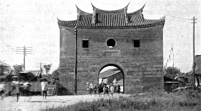 Left: North Gate in the Qing Dynasty, from the exhibit in Beimen Station. Above: In the 1920's after the walls were taken down. Source