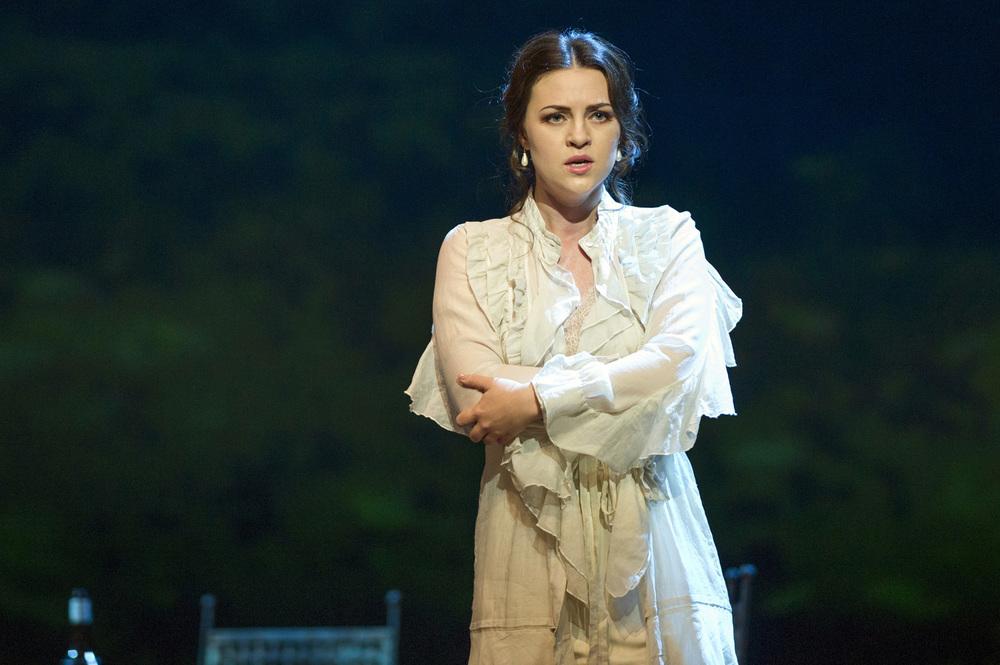 Венера Гимадиева в роли Виолетты Валери на оперном фестивале в Глайндборне (фото: Ричард Хьюберт Смит