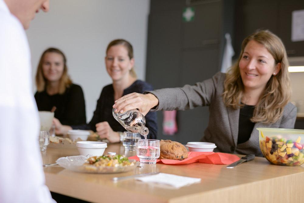 Challenge Teilnehmer beim gemeinsamen Mittagessen und Wasser trinken