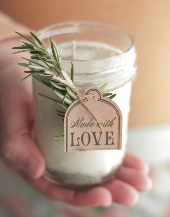 (Quelle:  http://livesimply.me/2014/11/30/diy-homemade-candles-natural-lavender-rosemary-scent/ )