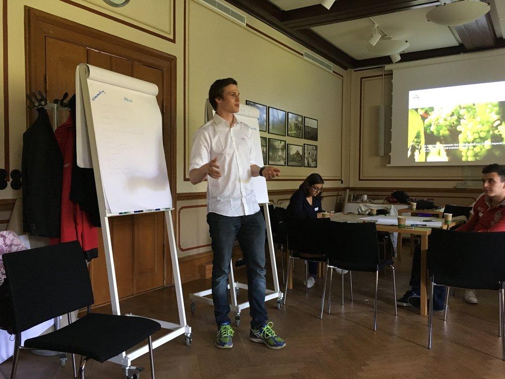 Franz berättar om svenskt vin för OIV-studenter under workshop på SLU