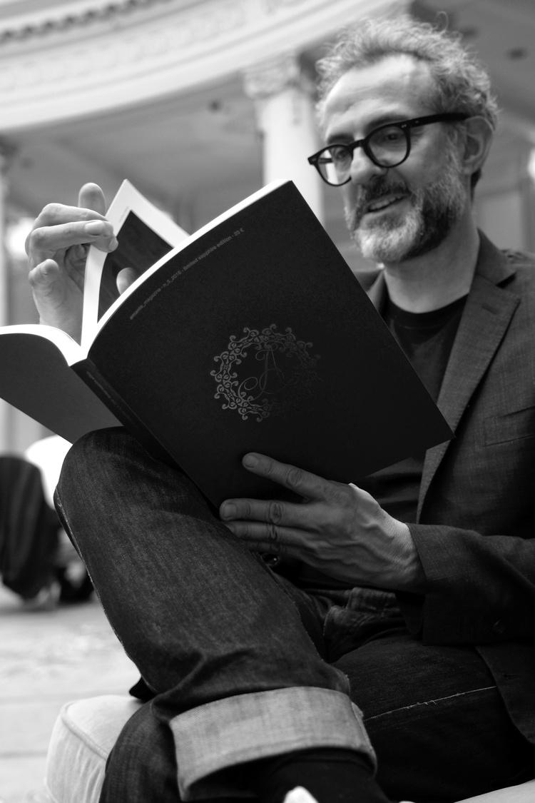 Massimo Bottura leyendo Amante Magazine.