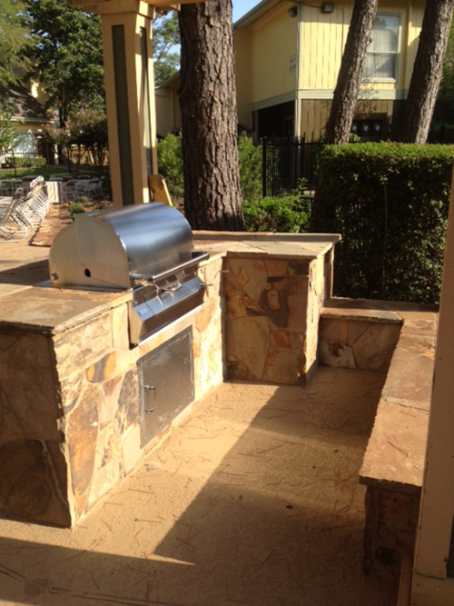 outdoor-kitchen-grill-commercial-apartments-flagstone-stone-stainless-grill-gas-propane-seating-wall-builds-designs-construction-compant-builder-best-installer-instrallation-the-woodlands-houston-spring-magnolia-conroe-montgomery-cypress.jpg