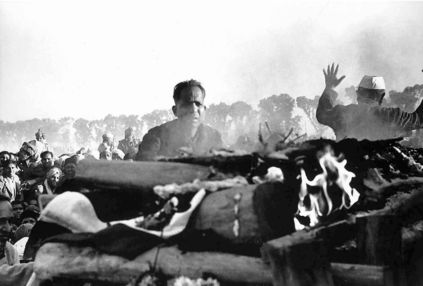 Henri-Cartier-Bresson-Cremation-of-Gandhi-Delhi-1948.jpg