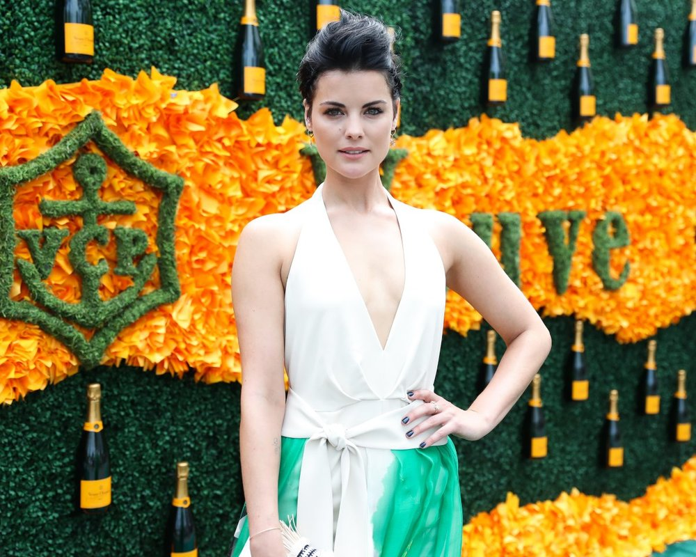 jaimie-alexander-walked-the-green-carpet-which-was-plastered-with-bottles-of-champagne.jpg