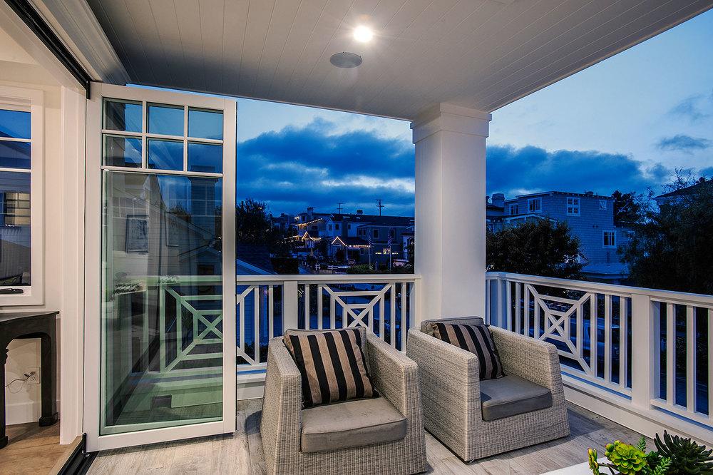 ManhttnCot_39-living-balcony-dusk.jpg
