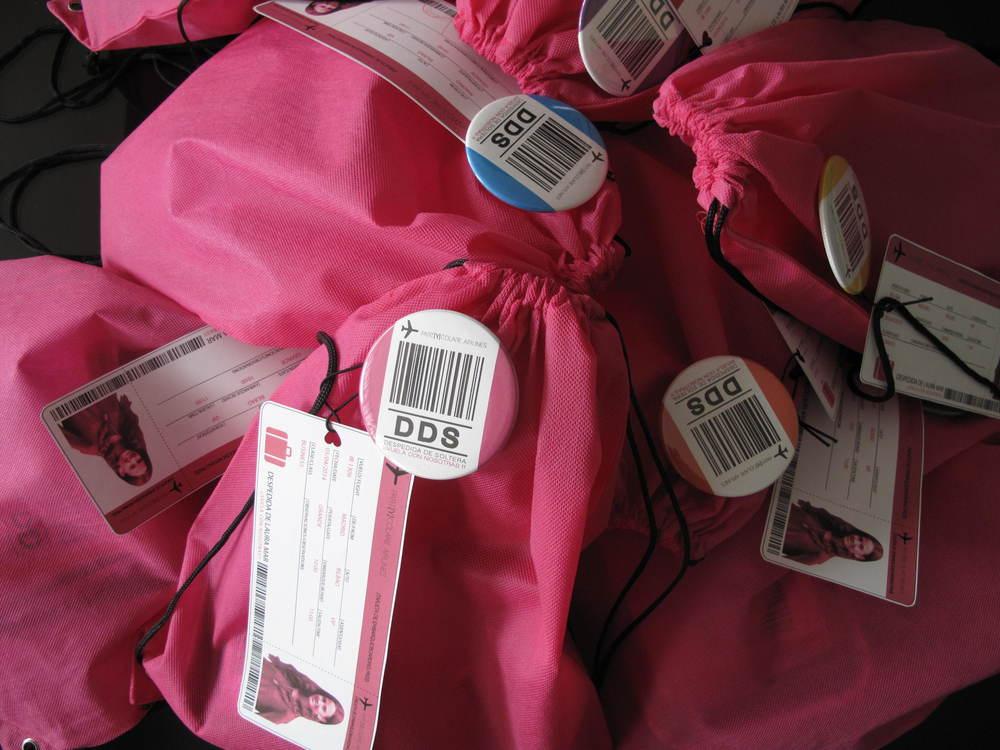 Los kits que preparamos para Laura, con tarjeta de embarque personalizada con la foto de la novia y datos de la despedida.