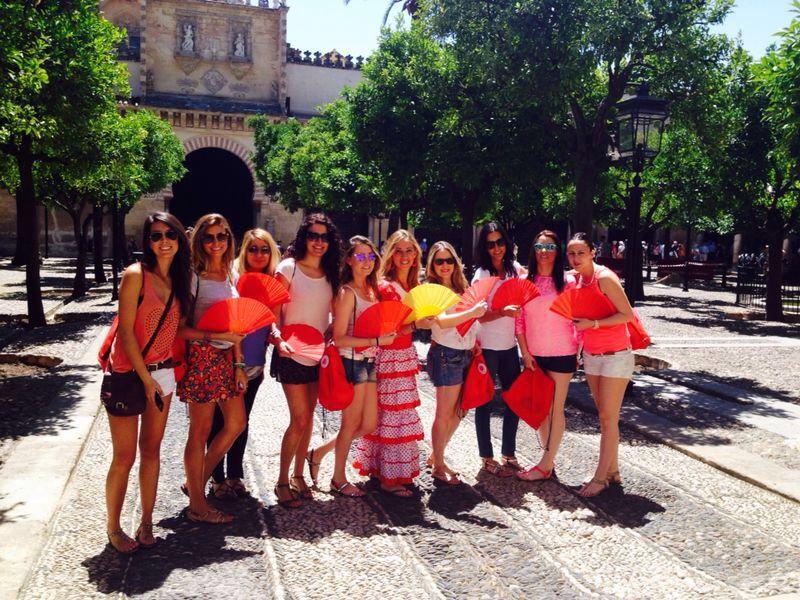 Despedida de soltera en Córdoba (Patios). Beléncon sus amigas y sus diez  KIT&FUN Flamenco .