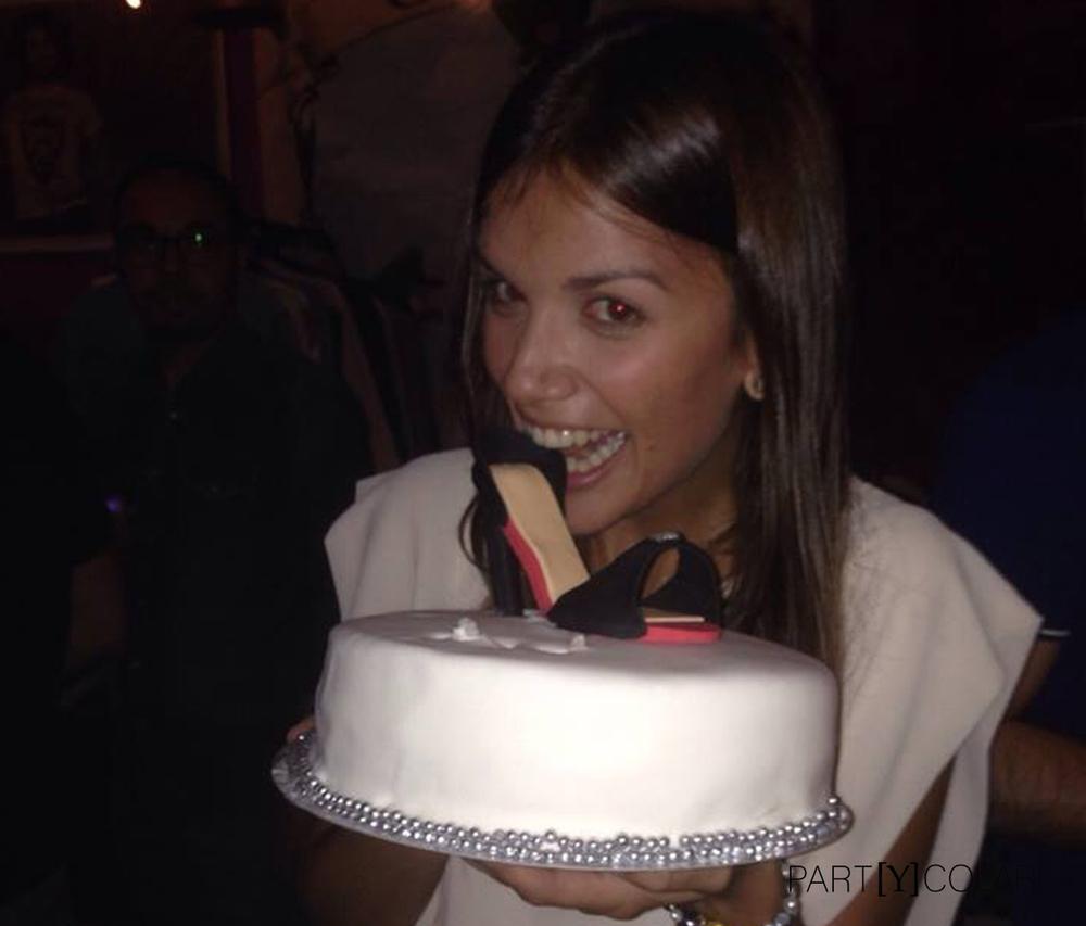 He aquí la cumpleañera y su gran tarta.