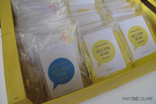 Le entregamos todos los mini kits personalizados en esta caja amarilla.