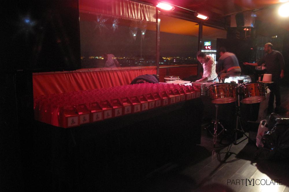 Nuestros KIT&PARTY del cantante esperaban a los invitados al lado del escenario.
