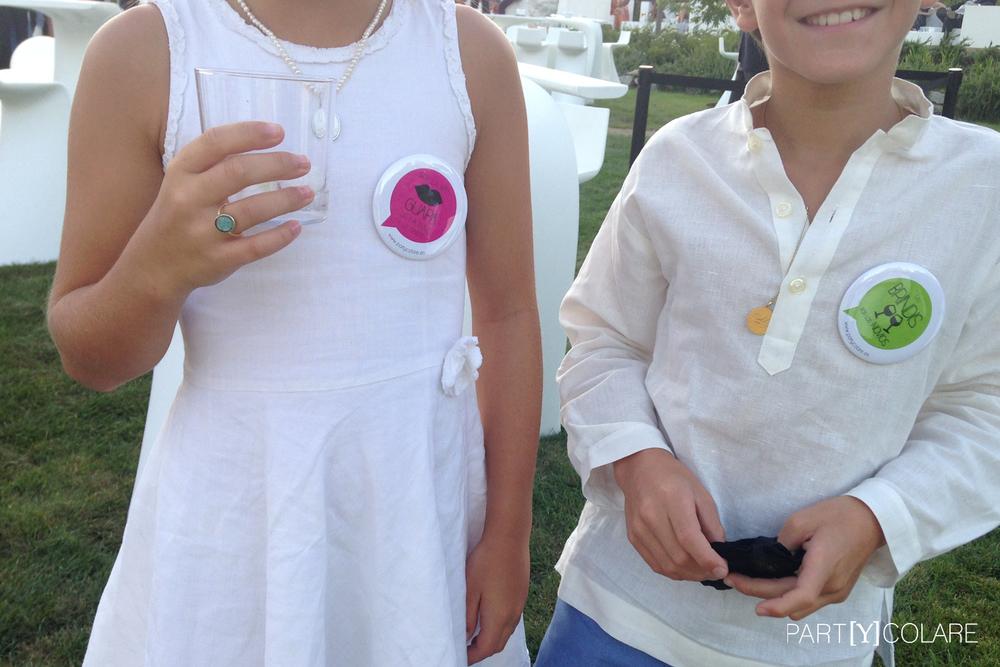 Hasta los invitados más jóvenes disfrutaron de las chapas tamaño XL de PARTYCOLARE.