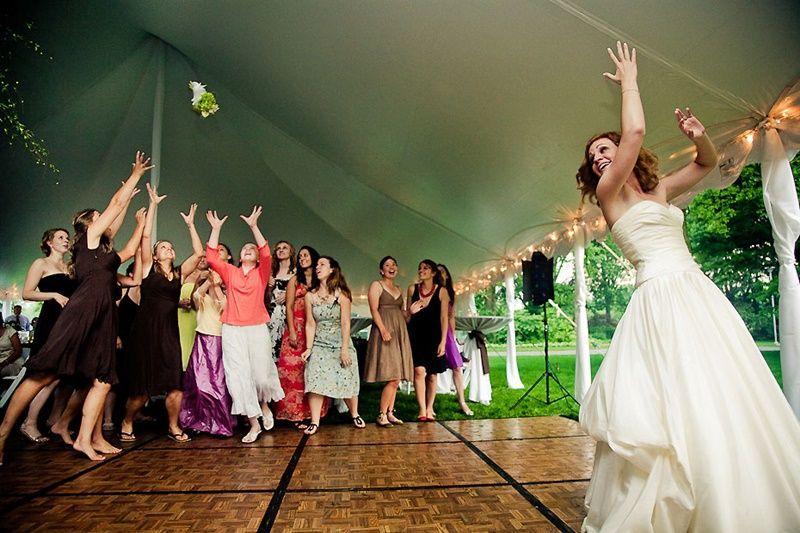 ¿Qué significa la tradición de tirar el ramo?  FOTO: EllaHoy.