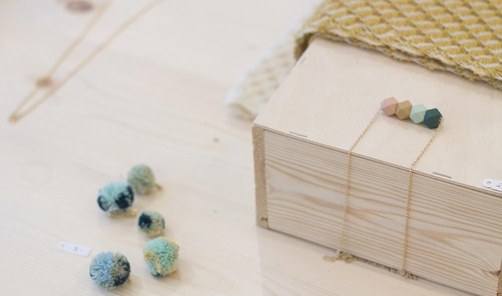 hand geweven sjaal door Esther Van Schuylenbergh, pompon broches van Mayken en ketting van Jacqueline & Compote