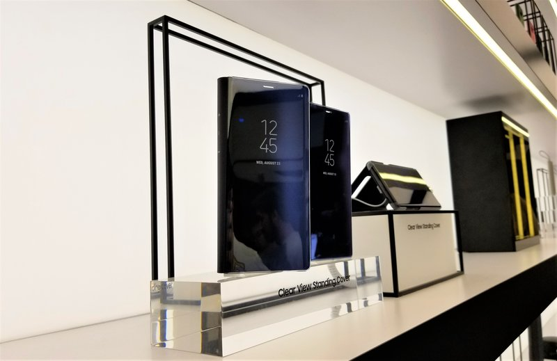 samsung-studio-pop-up-las-vegas-galaxy- 8-phone-clear-view-case