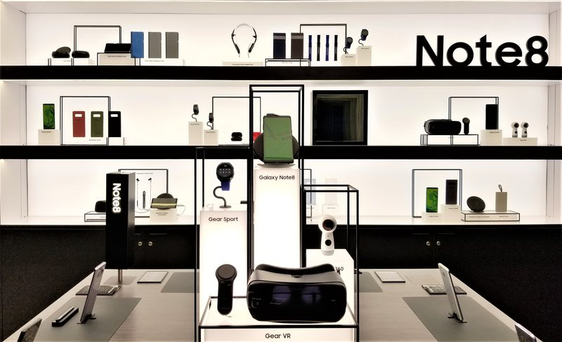 samsung-studio-pop-up-las-vegas-galaxy- 8-phone-VR-products